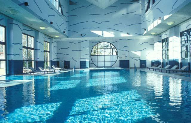 Disney 39 s newport bay club for Paris hotel piscine
